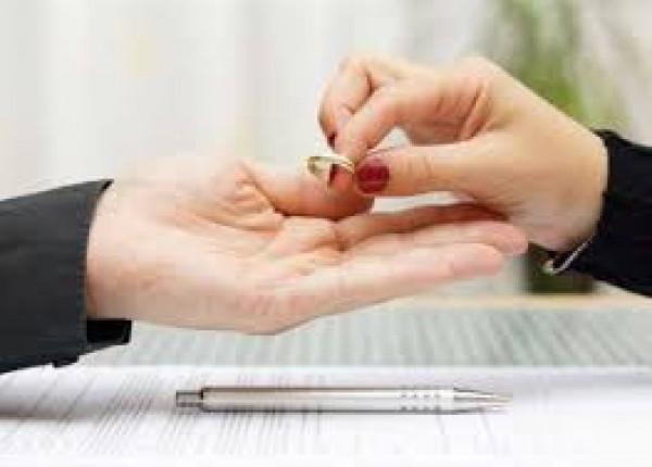 """مصرية تطلب الطلاق وتقول: """"زوجي لم يجلب لي هدايا"""""""
