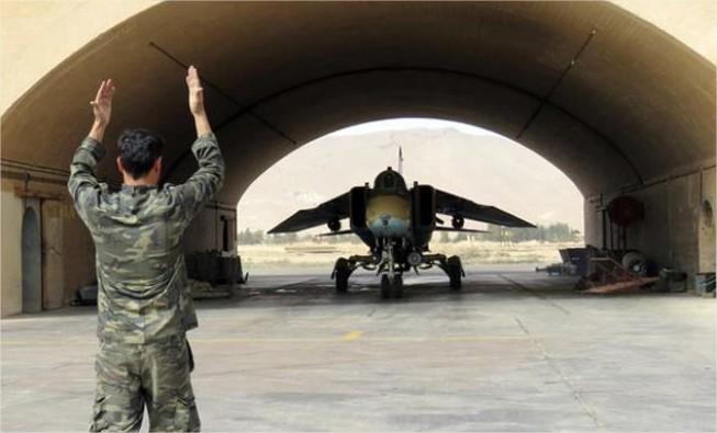الجيش السوري يخلي مطارات وقواعد عسكرية بعد التهديدات الأميركية