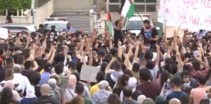 """""""لا سفارة ولا سفير إطلع برا يا حقير"""" ..  مئات الأردنيين يحتجون أمام السفارة الإسرائيلية دفاعاً عن الأقصى ..  بث مباشر"""