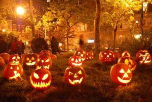 """يقطع رأس أمه ثم ينتحر أمام قطار.. وشهود عيان: """"إعتقدناه احتفال Halloween"""""""