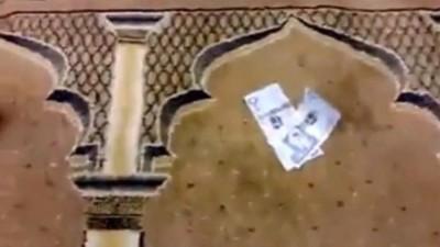 بالفيديو  ..  مسجد يوزع الأموال على المصلين بدلاً من المساويك
