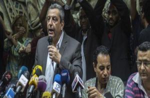 في سابقة خطيرة بمصر .. احتجاز نقيب الصحفيين وزميليه بتهمة ايواء مطلوبين