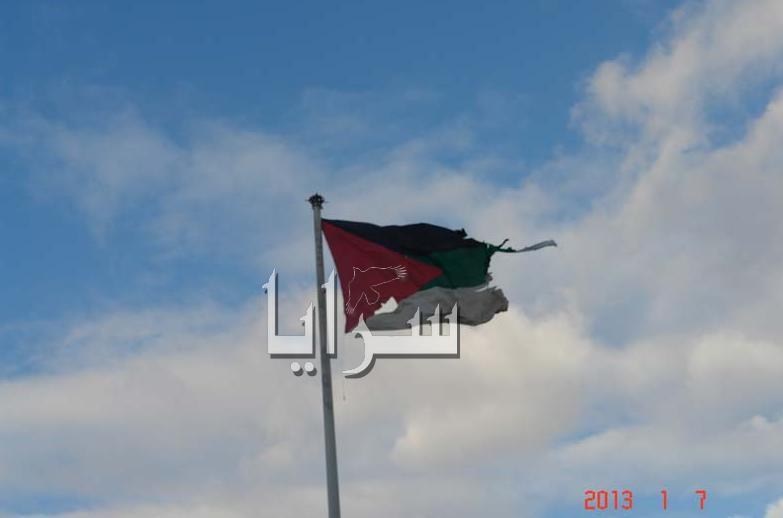 بالصور... الرياح تمزق علم الثورة وتحطم قوارب الصيد في العقبة