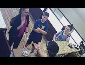 فيديو..|ماذا فعل بائع ذهب عربي مع سيدة أمريكية أرادت بيع طوقها العزيز؟!!
