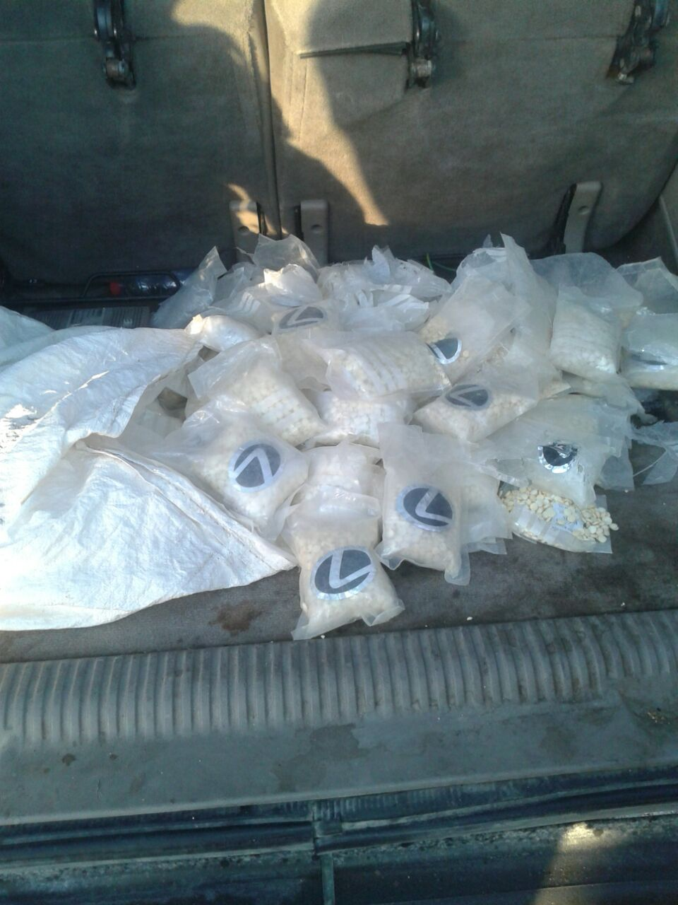 بالصور .. إحباط تهريب ١٠٠ ألف حبة مخدرات بمطاردة امنية على  الطريق الصحراوي