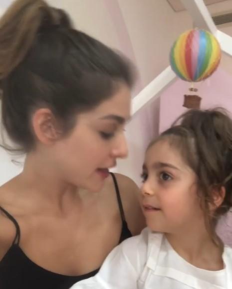 """بالفيديو  ..  والدة """"طفلة التيك توك"""" تكشف تفاصيل إصابة ابنتها """"أيلا"""" بأزمة بعد انفجار """"مرفأ بيروت"""" و تحطم منزلهم"""
