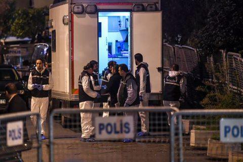 عبارة مؤثرة مرفقة بباقة ورد على سور القنصلية السعودية بإسطنبول تثير رواد مواقع التواصل  ..  صورة