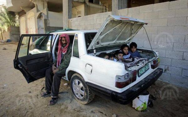 """مواطن غزي يحول سيارته الى """"غرفة نوم""""  ..  صورة"""