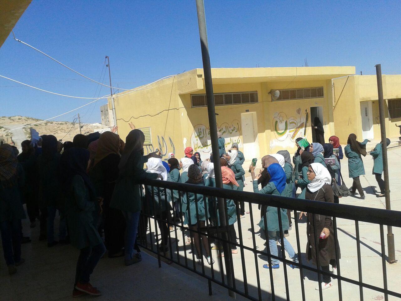 اعتصام طالبات ثانوية فاع وأولياء الامور للمطالبة بنقل مديرة المدرسة