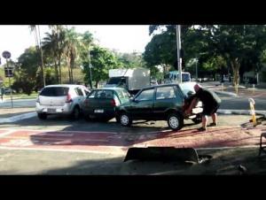 """""""أقوى رجل في البرازيل"""" يرفع سيارة أعاقت طريقه .. فيديو"""