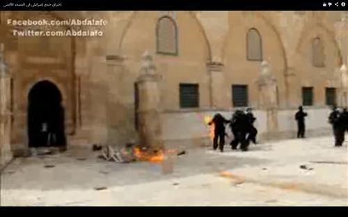 بالفيديو ..  النار تشتعل في جندي إسرائيلي في باحة الأقصى