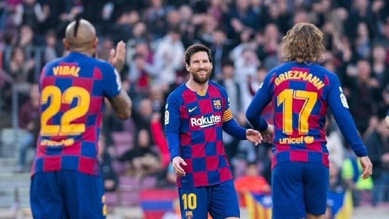 بادرة رائعة لميسي ورفاقه تجاه فريقهم برشلونة