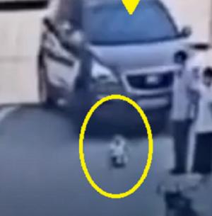 فيديو مروع ..  شاهد ما فعلته هذه السيارة بطفلة وفرار رجل من المكان