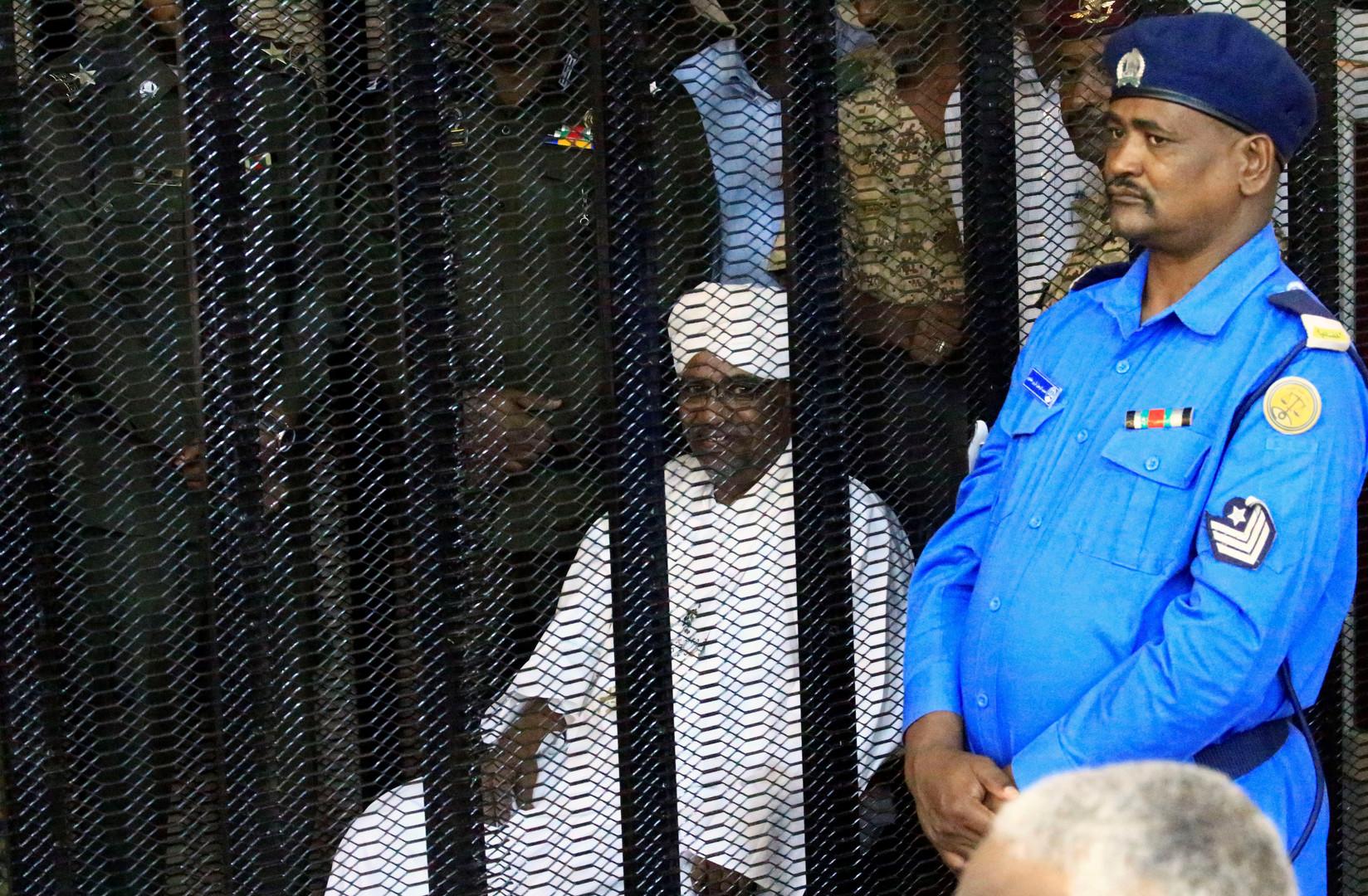 """سر ابتسامة الرئيس السوداني عمر البشير داخل قفص اتهامه بـ """"الثراء الحرام"""""""