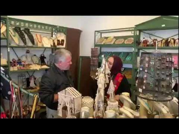 الملك يزور معرض جهد أيادينا للأشغال اليدوية  ..  فيديو