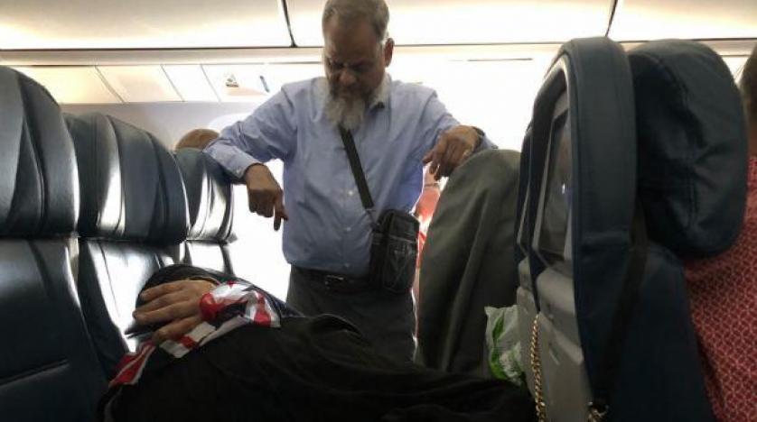 رجل يقف 6 ساعات متواصلة في طائرة لتتمكن زوجته من النوم بأريحية