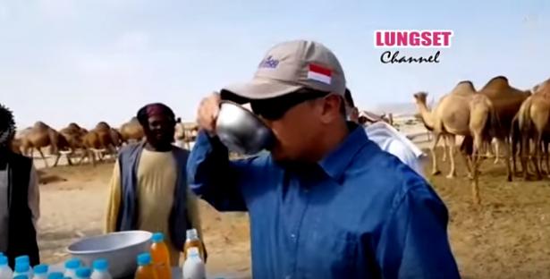 بالفيديو :سياسي إندونيسي يشرب بول الإبل لفوائده الصحية أثناء تواجده في السعودية!