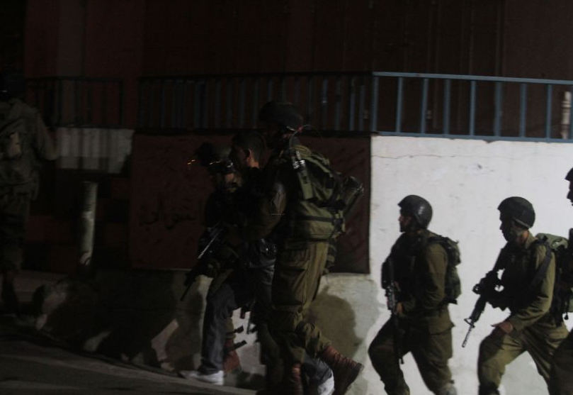 قوّة إسرائيلية خاصة تعتقل مطاردًا مصابًا ببيت لحم