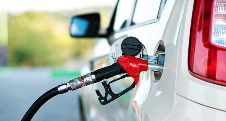 بالصور ..  لماذا تختلف أماكن باب خزان الوقود في السيارات؟