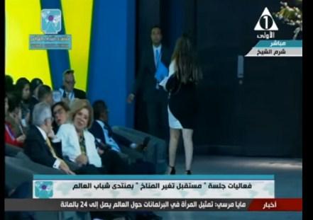 بالفيديو  ..  موقف محرج لفتاة امريكية في منتدى شباب العالم بمصر