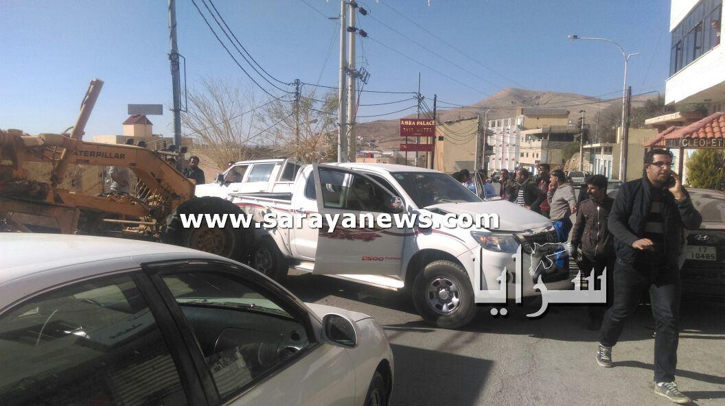 بالصور... حادث سير يخلف إصابتين ويتسبب بإغلاق شارع حيوي في وادي موسى