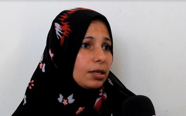 بالصور.. غزة : سيدة أردنية تعيش على بقايا خضروات البسطات