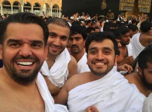 حسين الجسمي يؤدي مناسك العمرة مع أصدقائه