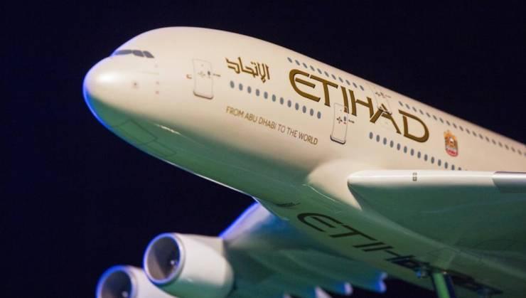 طائرة اماراتية تحمل إمدادات طبية للفلسطينيين تحط في تل أبيب