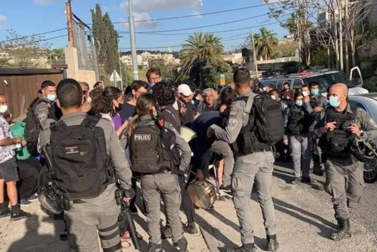 الاحتلال يقمع وقفة في حي الشيخ جراح