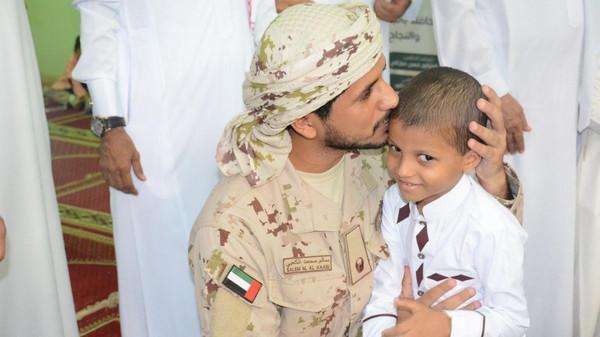 شاهد مفاجأة جندي إماراتي لابن زميله الشهيد السعودي .. صوره