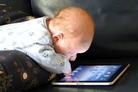 الصحة العالمية: تحذر من تعرض الأطفال دون العامين للشاشات الرقمية