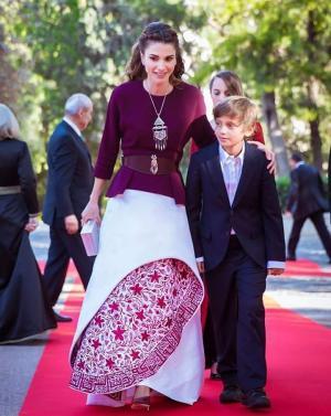 ماذا كتب على فستان الملكة رانيا الذي ارتدته في حفل عيد الاستقلال ؟ .. صورة