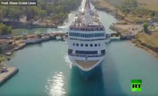 بالفيديو : سفينة عملاقة تندس في أضيق ممر مائي في العالم