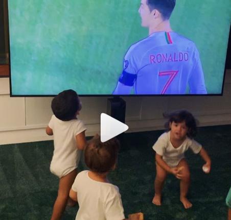 شاهد  .. صديقة رونالدو تنشر فيديو لأطفاله ..  يحتفلون بأهدافه