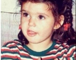 بالصورة - هذه الطفلة أصبحت نجمة شهيرة وجميلة... خمنوا من هي!!