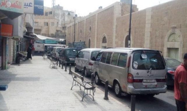 الكرك: باصات خصوصية تعمل بالاجرة تحول شوارع بالمدينة إلى مواقف