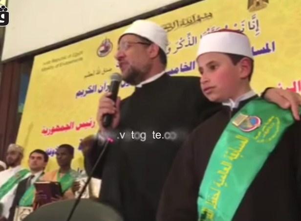 بالفيديو  ..  طفل كفيف يحفظ القرآن بترجمته الإنجليزية والفرنسية