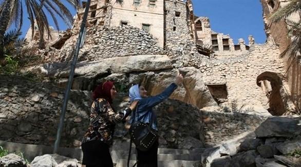 فنادق الطين مقصد سياحي يستقطب الزوار في قرية عمانية