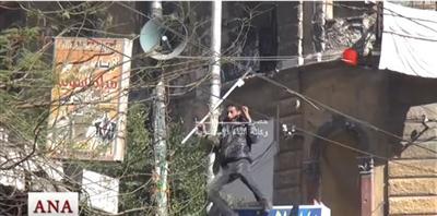 شاهد الفيديو ..  شاب يصعق بالكهرباء بعد تمزيقه صورة مرسي