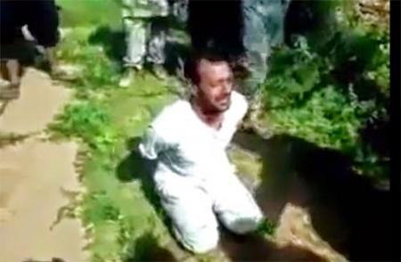 بالفيديو.. داعش تضبط سوري يكفر لكنه ينجو من الموت باعجوبة..!