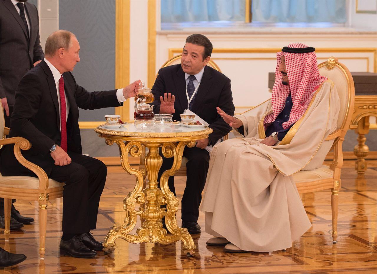 بالصور ..  هكذا قدم بوتين الشاي للملك سلمان في الكرملين