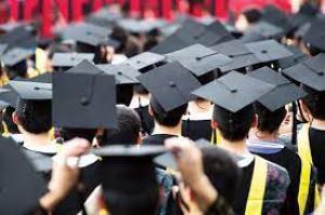 طلبة جامعيون يطالبون بإقامة «حفلات التخريج»