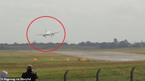 بالفديو  ..  مشهد عصيب يحبس الأنفاس لطائرة فرنسية تحاول الهبوط في أجواء عاصفة!