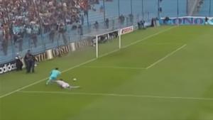 فيديو .. 11 لقطة أضحكت العالم حتى البكاء في ملاعب كرة القدم
