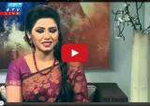 بالفيديو .. لحظة هروب ضيفة برنامج تلفزيوني لحظة وقوع زلزال نيبال