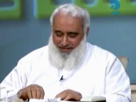 بالفيديو ..  داعية مصري يصنع مراكب ورقية على الهواء