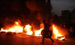 40 شخص من عشيرة كبيرة يحرقون الاطارات احتجاجا على طعن ابنهم في الكرك