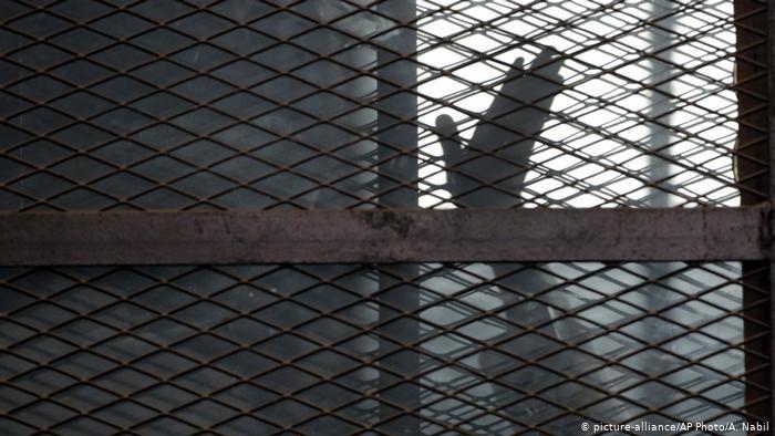 """3 مصريات يرتكبن جريمة بشعة بحق شاب  .. """"تفاصيل"""""""