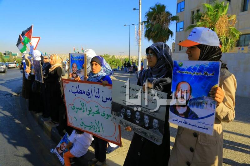 """بالصور .. أهالي الأسرى أمام """"الرئاسة"""""""