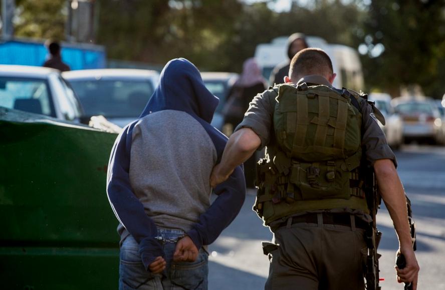 الاحتلال يعلن اعتقال أردنيين اجتازا الحدود و بحوزتهما سكاكين   ..  صور